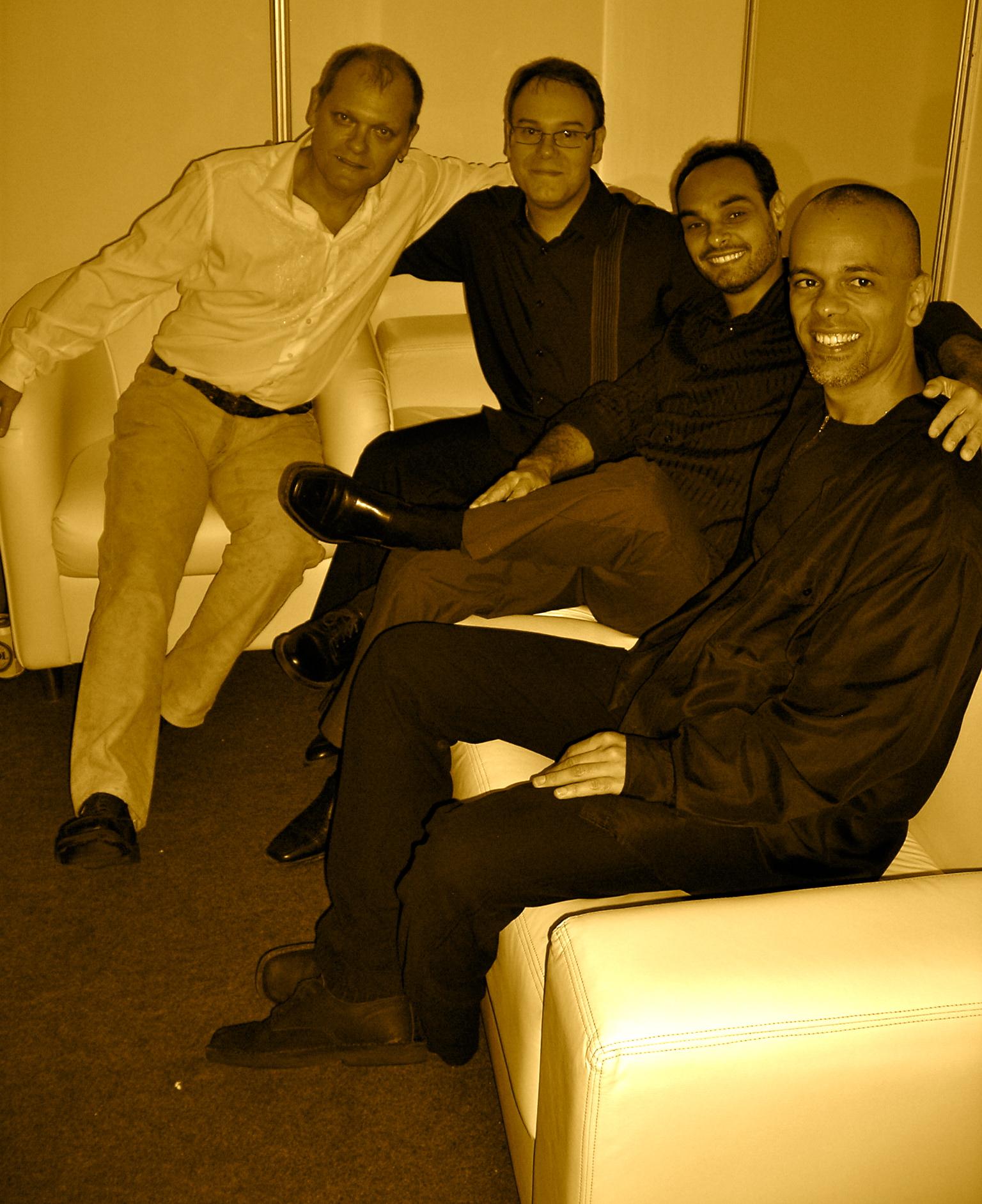 Banda Zizi Possi reunida no camarim. Show em Vitória. (2006)